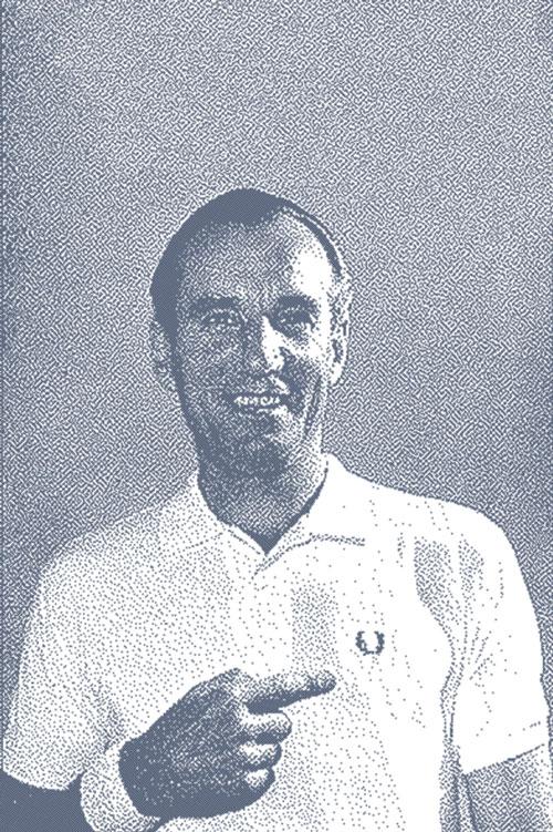 فريد بيري وهو يروج لأحد قمصان علامته التجارية